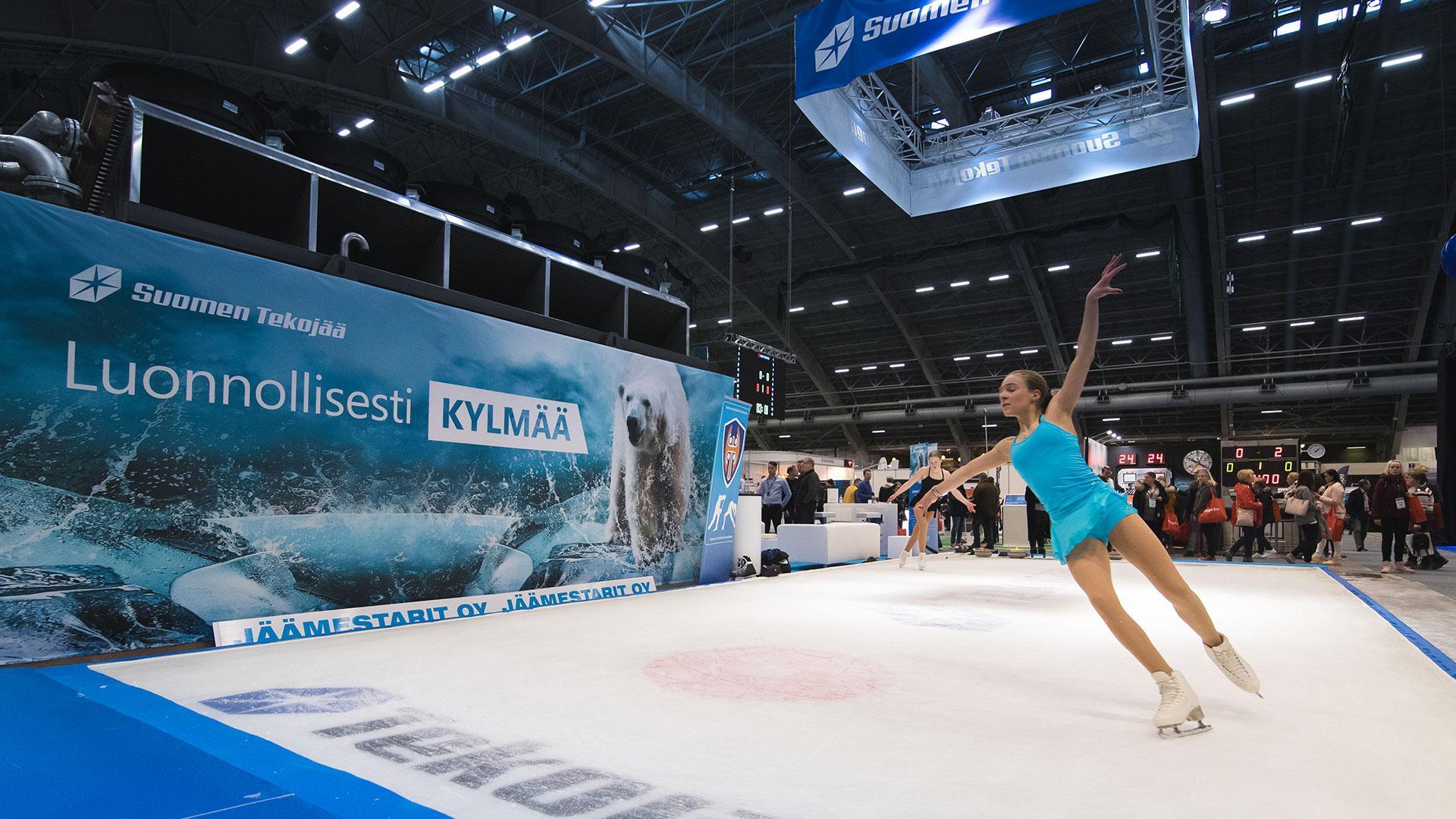 Suomen Tekojää Oy valmisti aidon jääalueen Sportec-messuille maaliskuussa 2019. Creative Crue vastasi messuosaston suunnittelusta. Jäätekniikkakontin ulkoseinät hyödynnettiin suurina kuvapintoina.